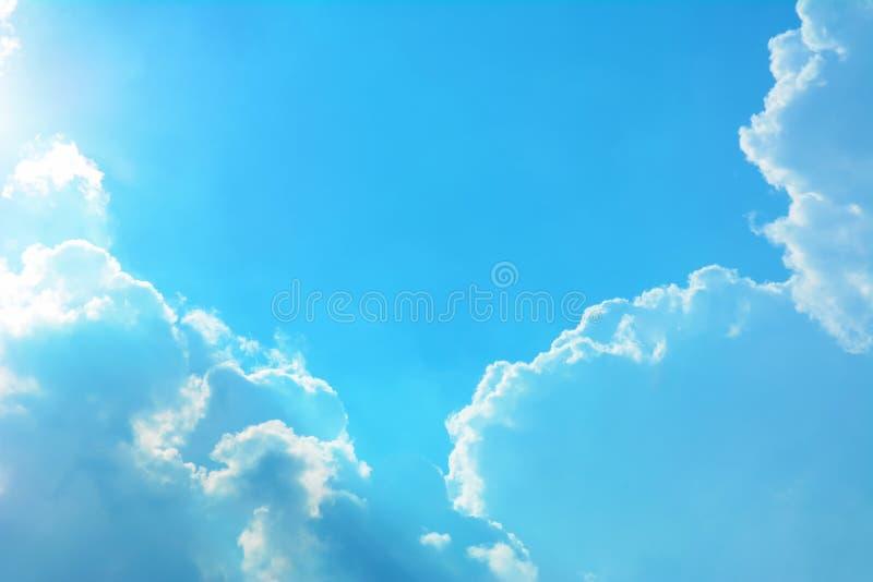 Nuages en ciel ensoleillé photos stock