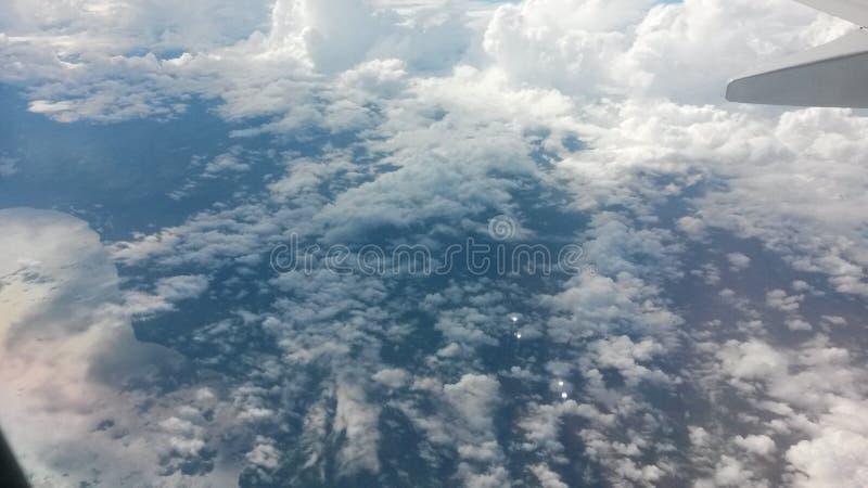 Nuages en dehors de fenêtre d'avion image libre de droits