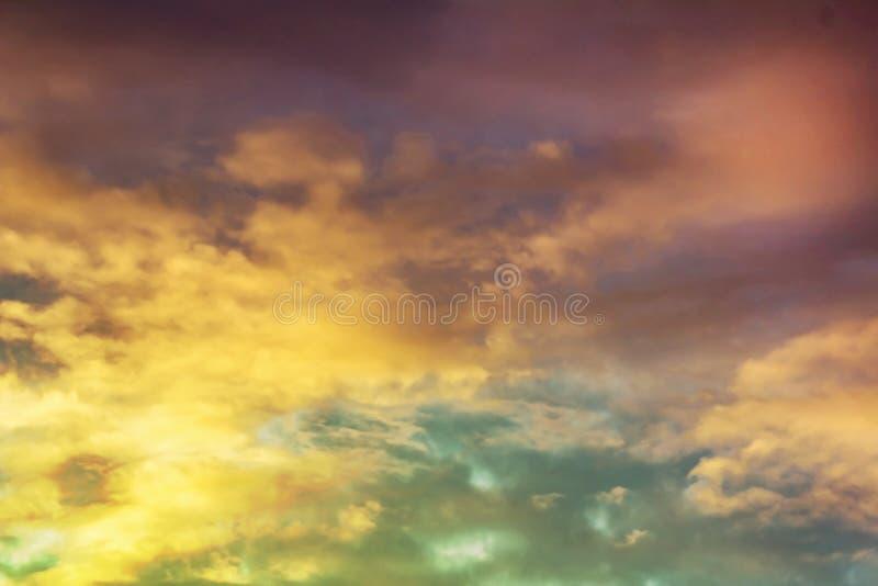 Nuages et brouillard avec un jaune coloré au gradient bleu pourpre photo stock