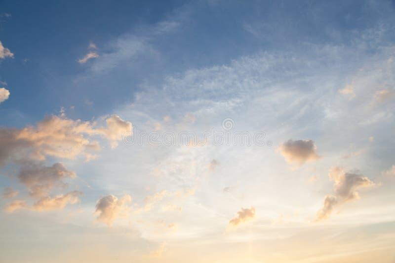 Nuages et ciel le soir photo libre de droits
