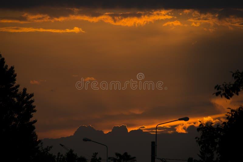 Nuages et coucher du soleil photo stock