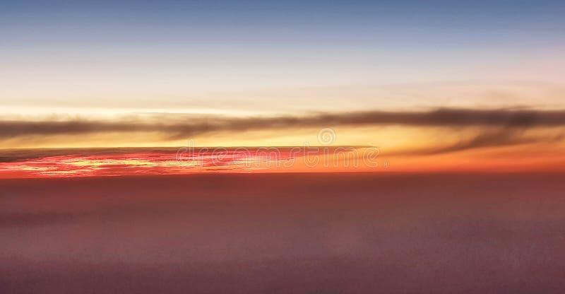Nuages et coucher du soleil images libres de droits