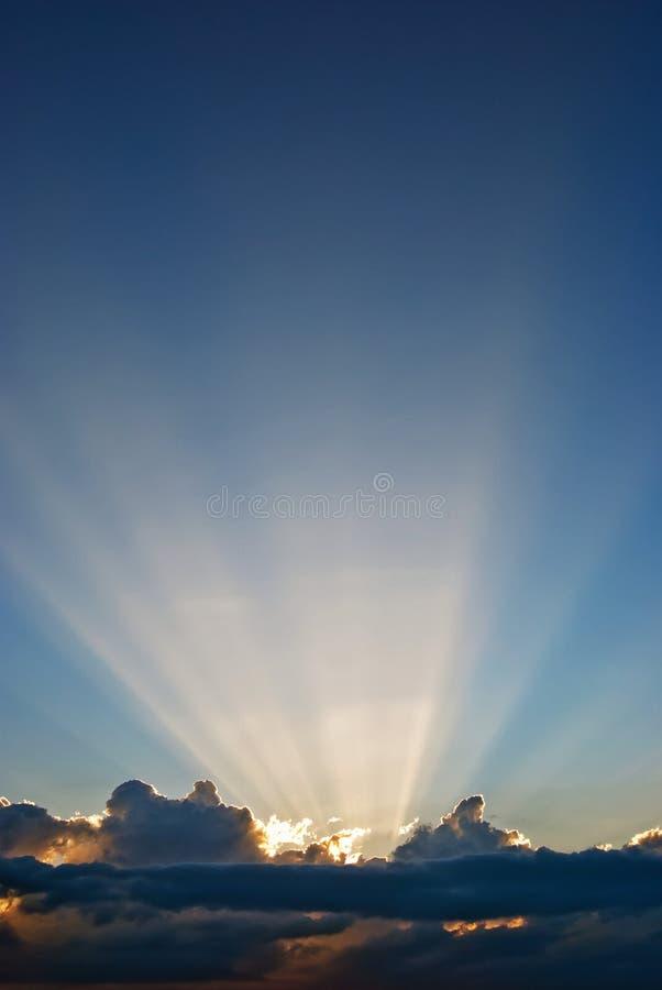 Nuages et faisceaux du soleil images libres de droits