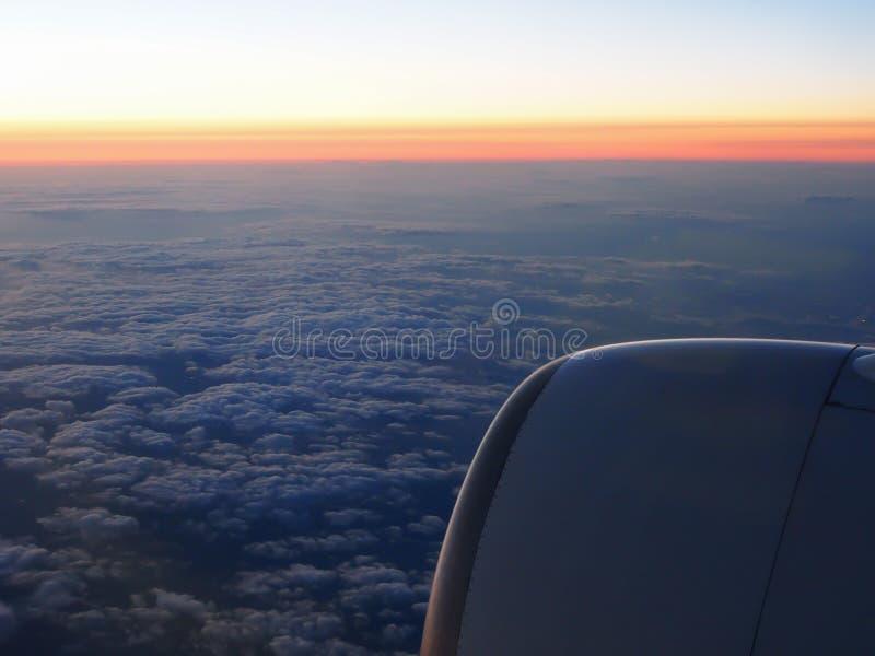 Nuages et fenêtre de sthrough de ciel d'avion sur la nuit photo stock
