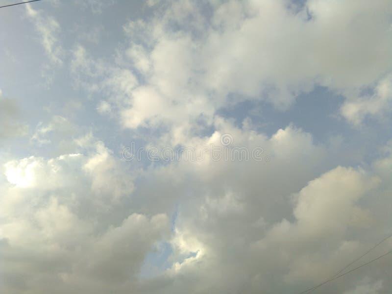 Nuages et le ciel à la lumière du soleil de soirée image stock