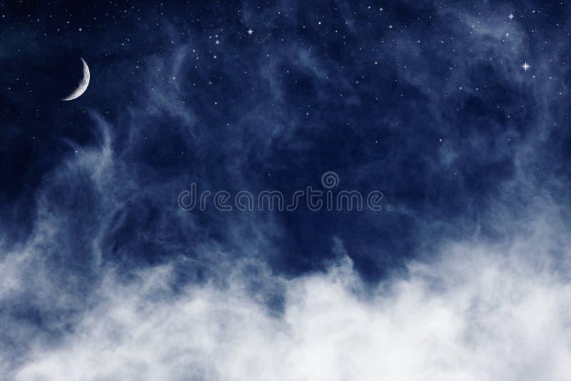 Nuages et lune bleus image stock