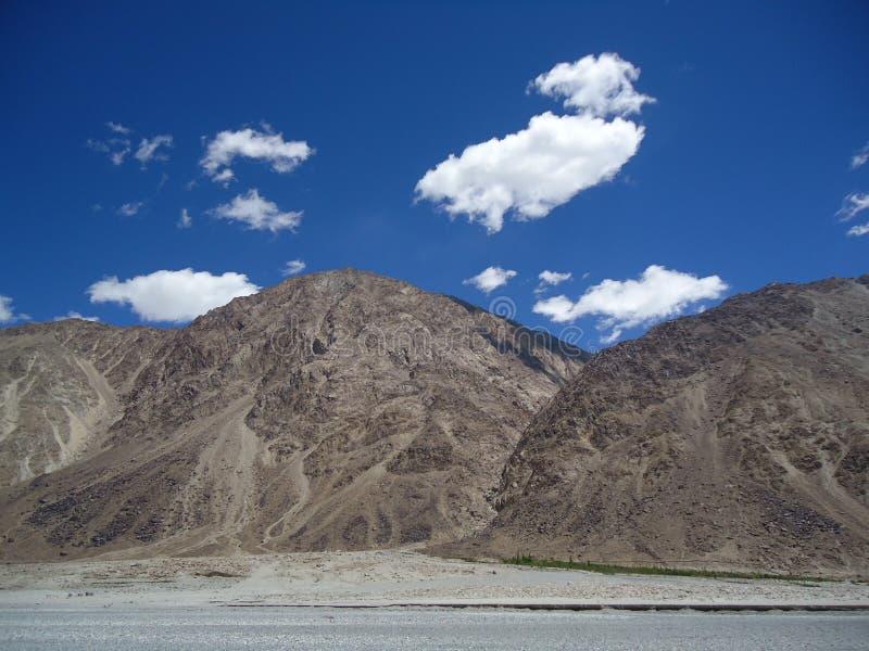 Nuages et montagnes images libres de droits
