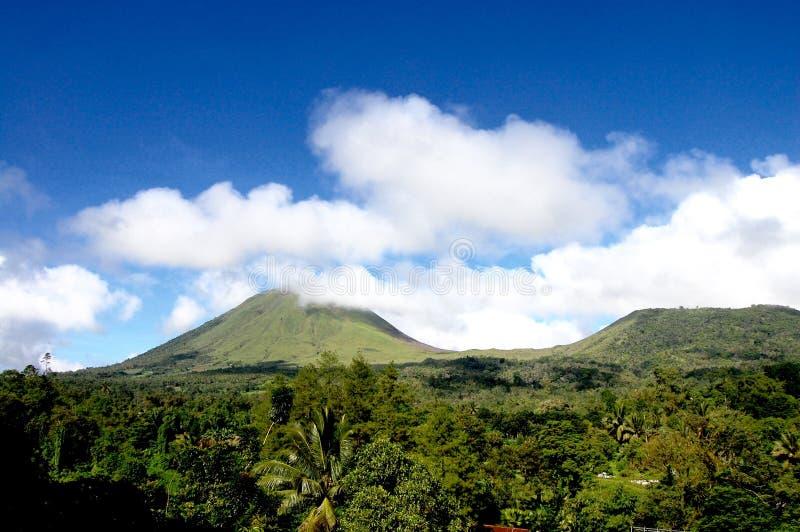 Nuages et montagnes de ciel bleu image stock