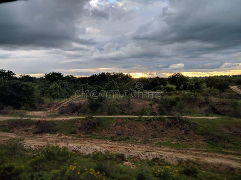 nuages et nature dans le train fonctionnant photographie stock libre de droits