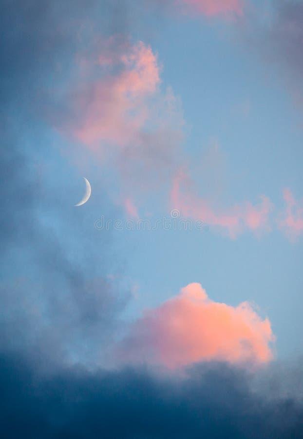 Nuages et plan rapproché roses de ciel de lune photographie stock