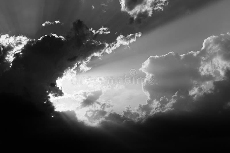 Nuages et rayons du soleil photo libre de droits