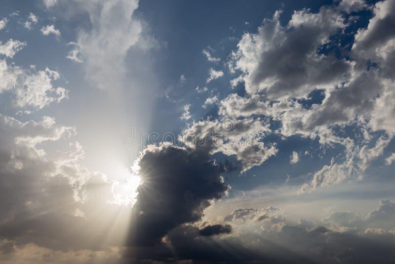 Nuages et rayons du soleil image libre de droits