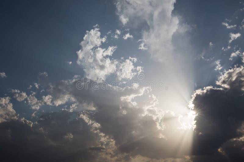 Nuages et rayons du soleil images stock