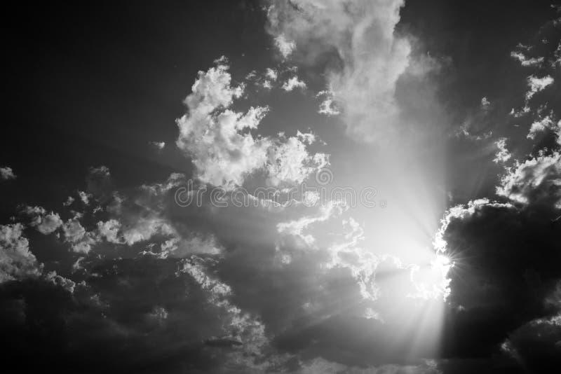 Nuages et rayons du soleil photographie stock libre de droits