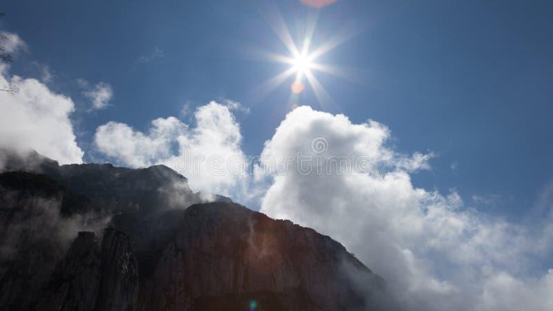 Nuages et soleil d'arête de montagne images libres de droits