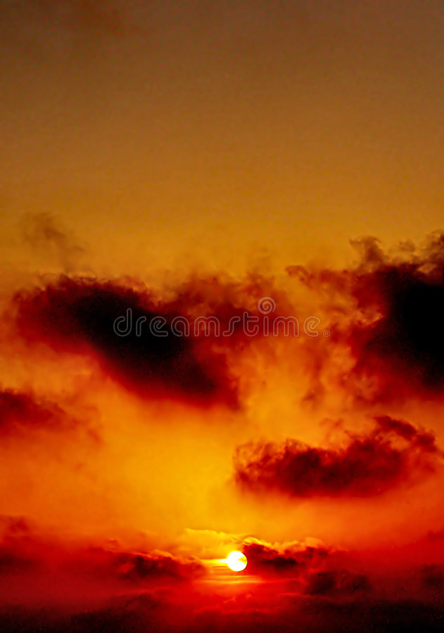 Nuages et Sun de coucher du soleil photos stock