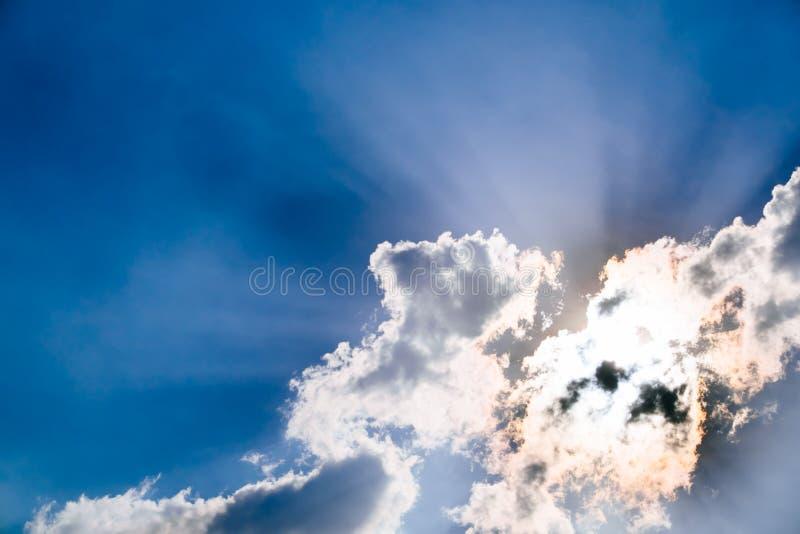 Nuages et un ciel bleu image libre de droits