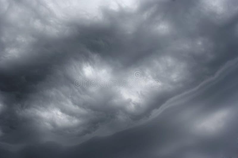Nuages exotiques avant pluie images stock