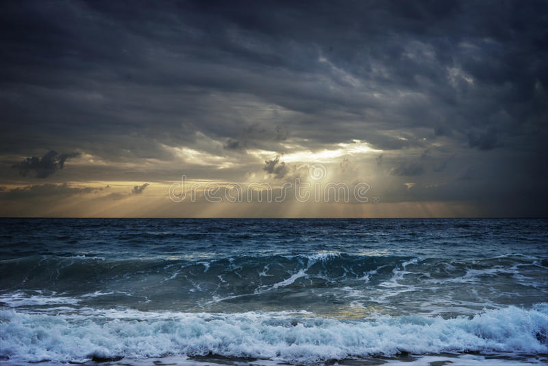 Nuages foncés au-dessus de lumière du soleil de dissimulation de mer orageuse en Thaïlande image stock