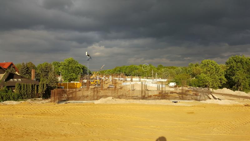 Nuages foncés au-dessus du site exprès de construction de routes photos stock