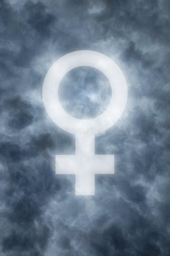 Nuages foncés avec un symbole femelle rougeoyant photographie stock libre de droits