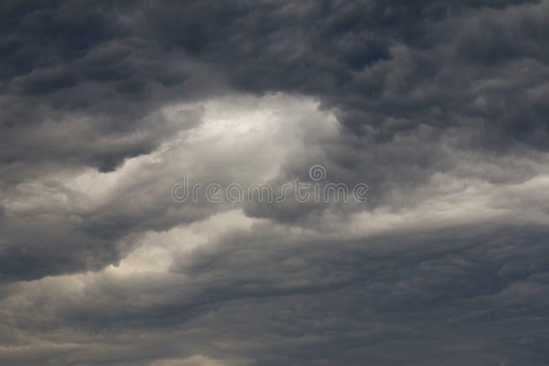 Nuages foncés bizarres avant la tempête photo stock