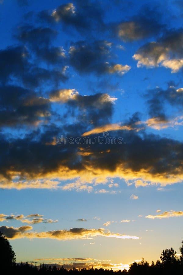 Nuages foncés de coucher du soleil image stock