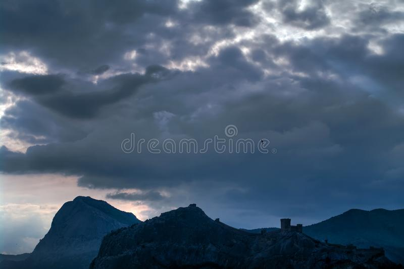 Nuages foncés le soir au-dessus des montagnes image stock