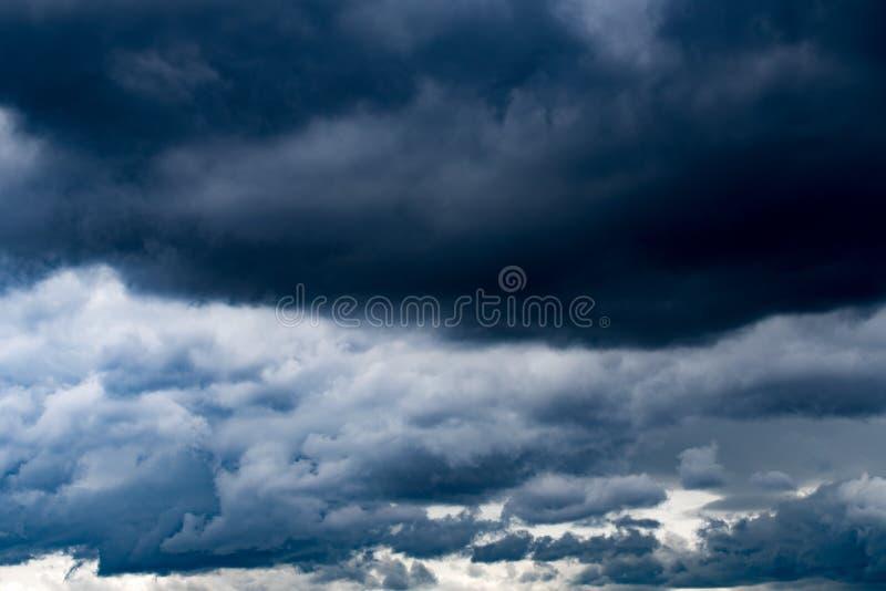 Nuages foncés pluvieux photographie stock libre de droits