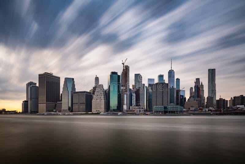 Nuages foncés venant rapidement au-dessus du Lower Manhattan de New York pendant le jour nuageux photographie stock