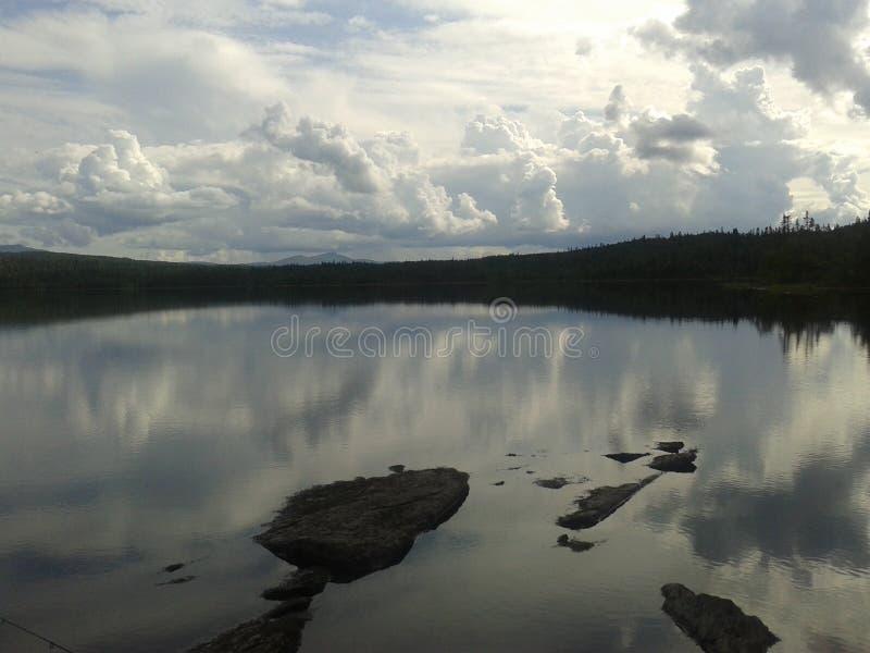 Nuages lourds au-dessus de lac images libres de droits