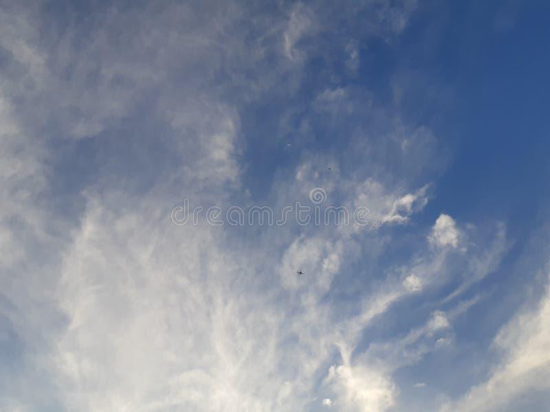 Nuages mous avec le ciel bleu image stock