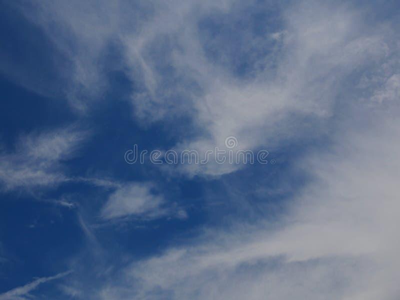 Nuages mous de ciel bleu photographie stock libre de droits