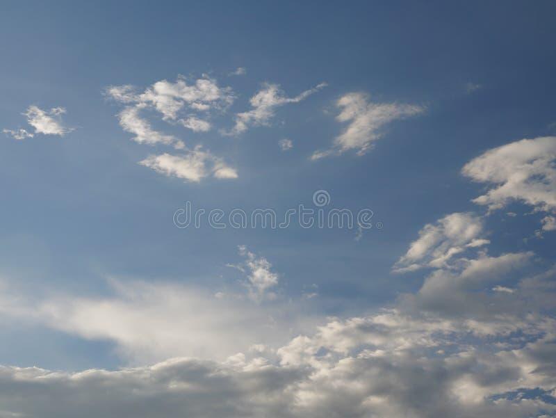 Nuages mous de ciel bleu photo libre de droits