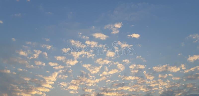 nuages mous de coucher du soleil avec le ciel bleu images stock