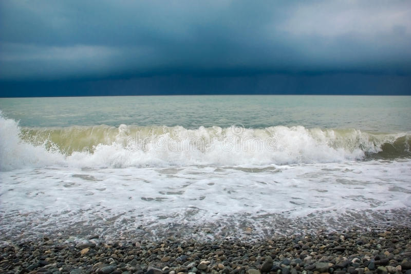 Nuages orageux au-dessus d'océan photographie stock libre de droits