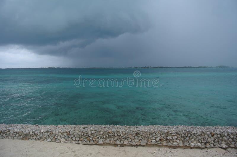 Nuages orageux au-dessus d'océan coloré par aqua photo stock