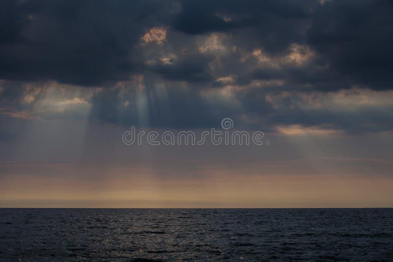 Nuages orageux au-dessus d'océan foncé photo stock