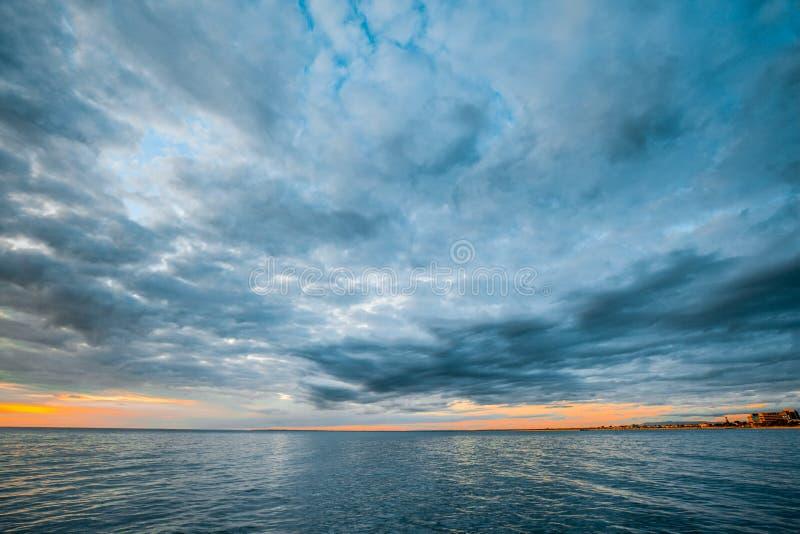 Nuages orageux au-dessus de l'eau calme d'océan images stock