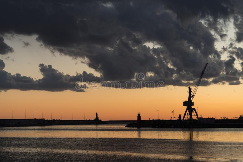 Nuages orageux de couleur contrastante au-dessus du port images stock