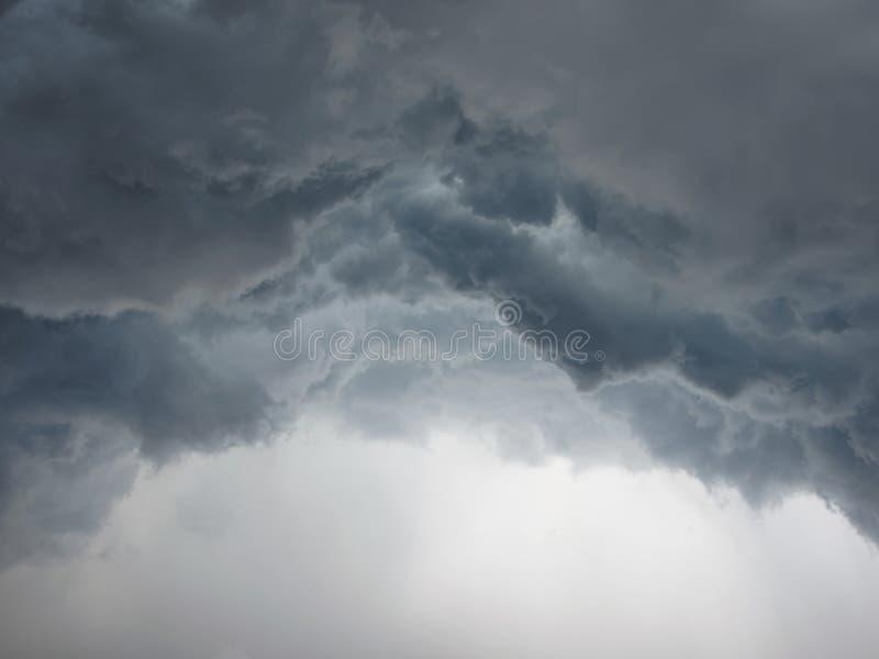 Nuages orageux de cumulonimbus dramatique au-dessus de ville photo libre de droits