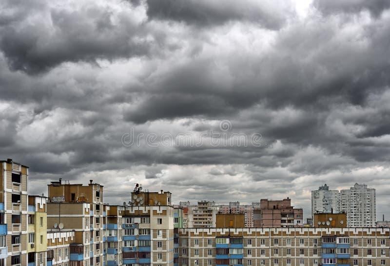 Nuages orageux de cumulonimbus dramatique au-dessus du paysage urbain photos libres de droits