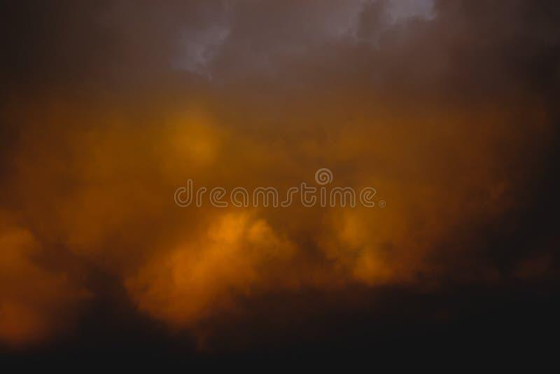 Nuages orageux effrayants orange-foncé photos libres de droits