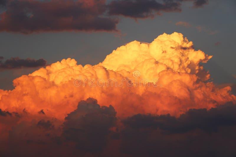 Nuages oranges au coucher du soleil photographie stock