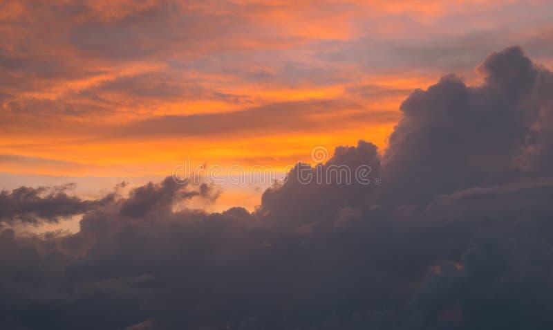 Nuages oranges et gris au coucher du soleil photo stock