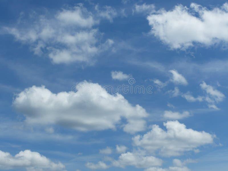 Nuages parfaits dans Sunny Sky photo stock