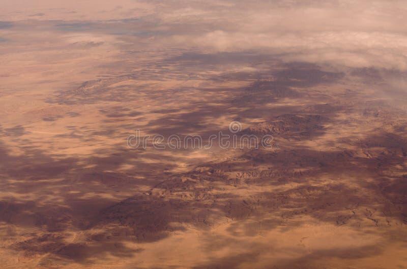 Nuages pelucheux de vue aérienne au-dessus de paysage de désert du Sahara en Egypte photographie stock libre de droits