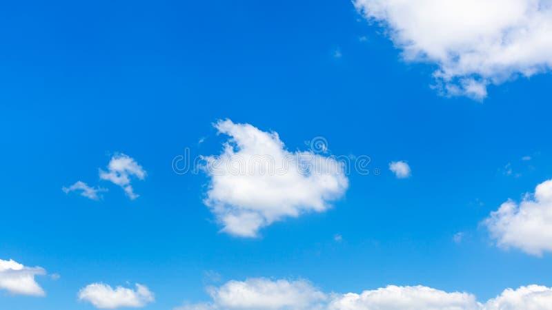Nuages pelucheux en ciel bleu-foncé dans le jour d'été ensoleillé photographie stock