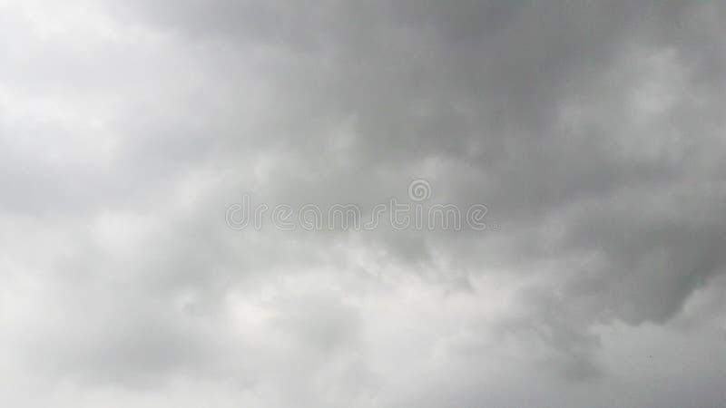 nuages pelucheux en ciel dans la mousson photographie stock