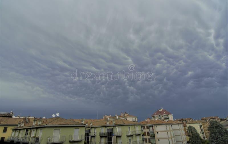 Nuages pluvieux au-dessus de Milan photographie stock libre de droits
